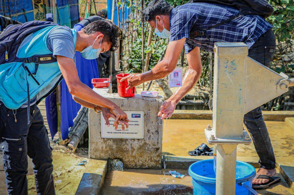 Medair-medewerkers wassen en ontsmetten hun handen.